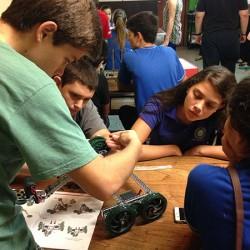 alumnos de canindeyu en espacio de robotica11