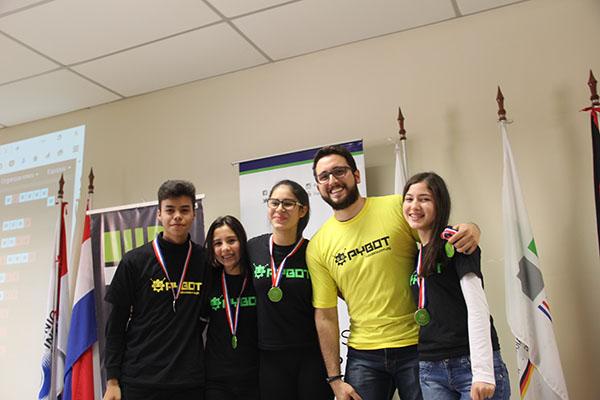 2do. Puesto (desafío 1): Equipo iOS (Cecilia Martionez, Angel Barreto, Camila Bernal, Camila Bernal, junto al Prof. Guido Quiñonez