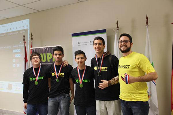 2do. Puesto (desafío 2) PYBOT 2016: Equipo CincoHz (Isaac Sanabria, Bruno Fariña, Alejandrio Mujica, Alejandrio Mujica), junto al Prof. Guido Quiñónez